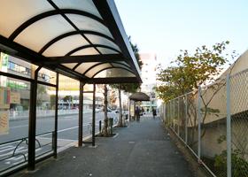 バス停に沿って歩く